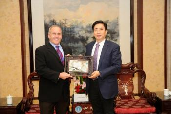 Biodesign Institute Executive Director Joshua LaBaer and Sichuan University President Heping Xie