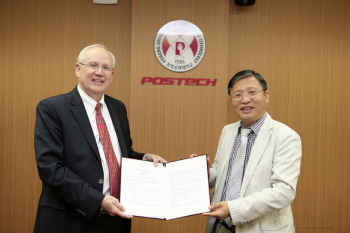 Raymond DuBois (left) and Jong Moon Park with POSTECH-ASU agreement.