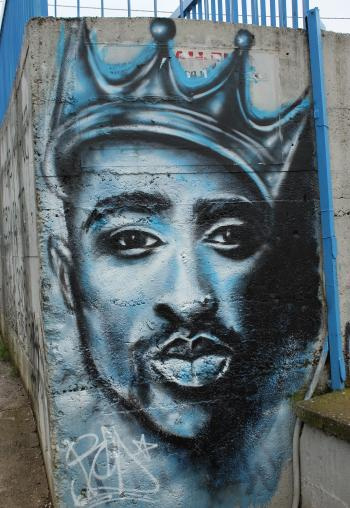 Tupac graffiti, Vlasotince, Serbia (by Чигот on Wikimedia Commons under CC 4.0)