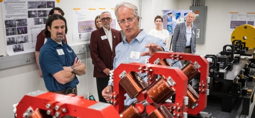 A professor explains the compact X-ray free electron laser using a large model