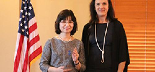 Global Launch COO Susan Edgington presents HSU's Tomoe Morito with partnership award.