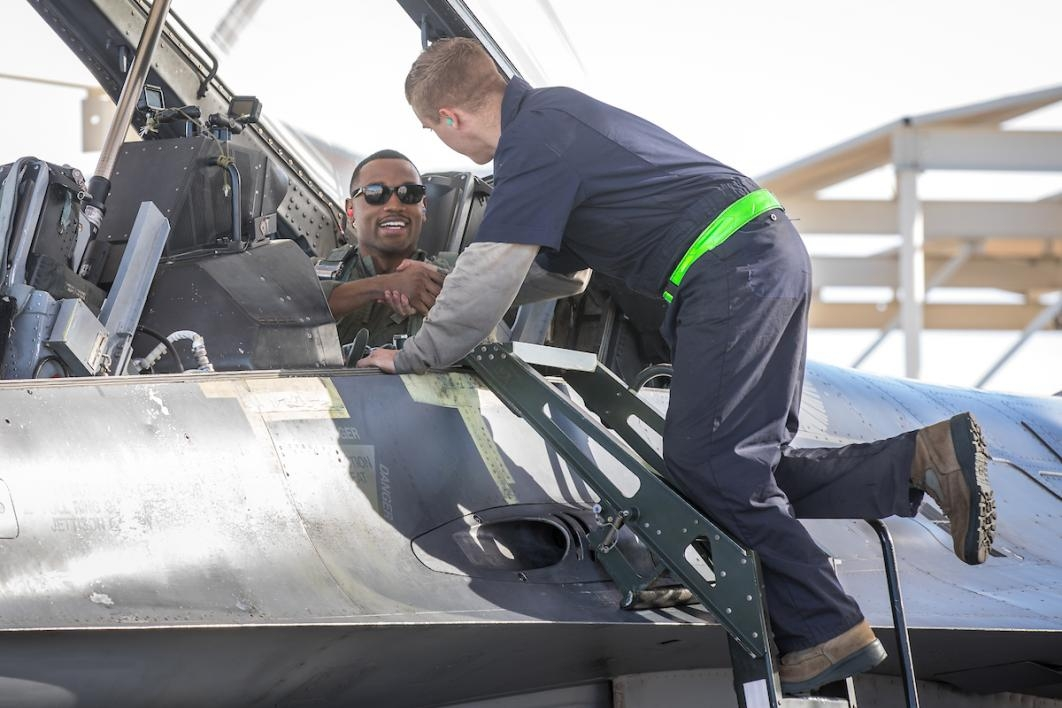 Luke AFB crew chief wishes ASU student good luck prior to F-16D flight