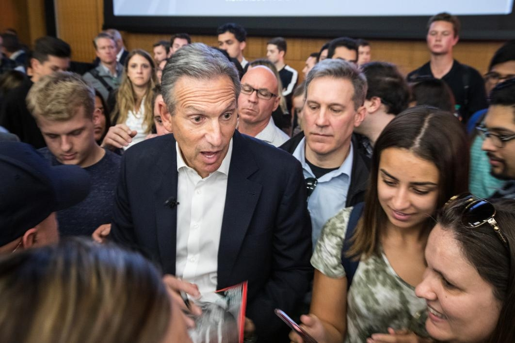 Howard Schultz talks with students at an ASU event