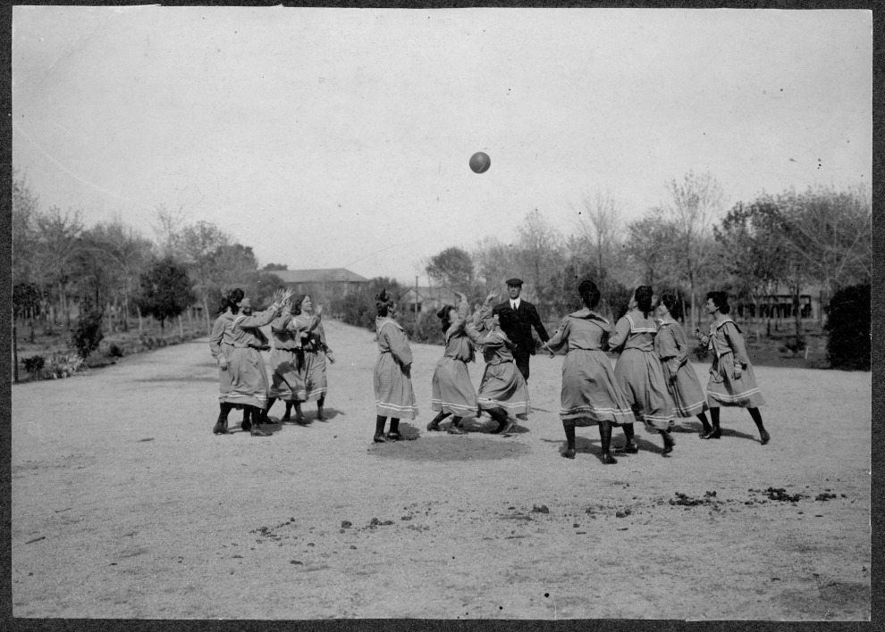 1907 archive photo of a womens team in action