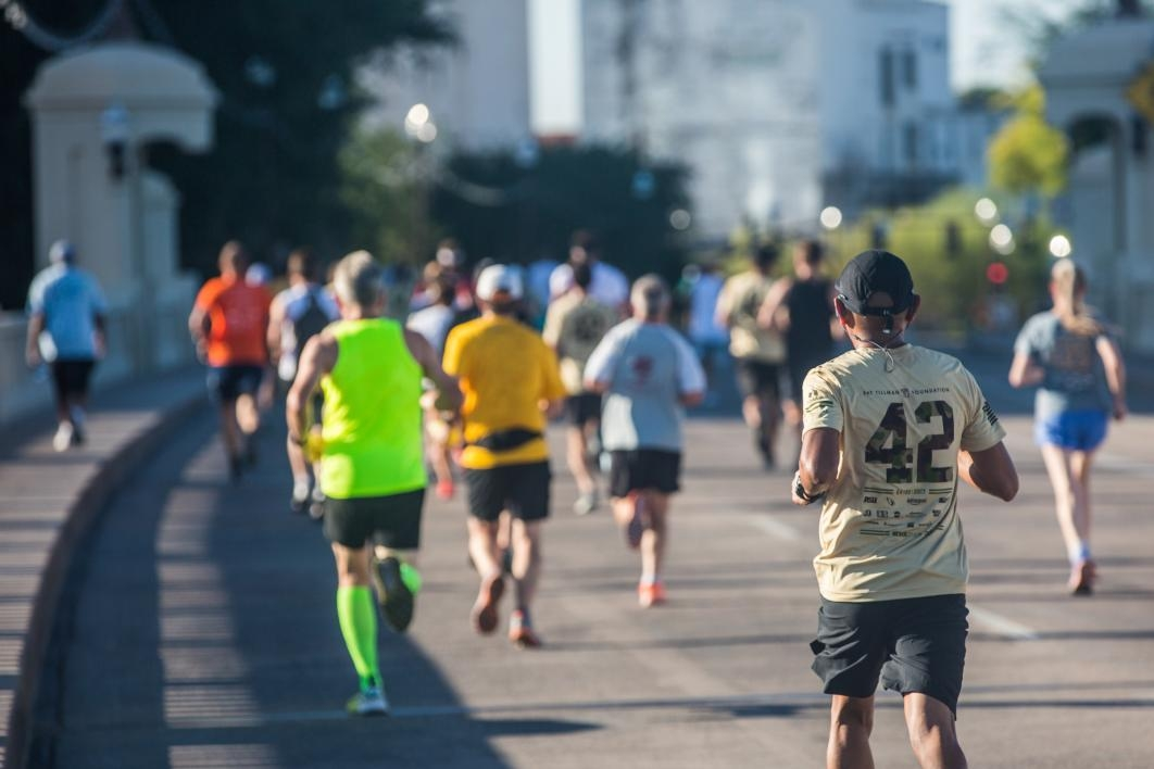 Racers cross the Mill Avenue Bridge in the 2017 Pats Run