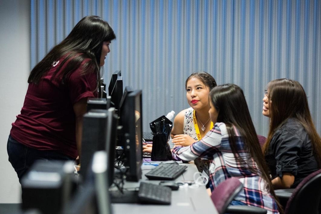 ASU graduate student mentor and Inspire education intern Samantha Toledo works with student team