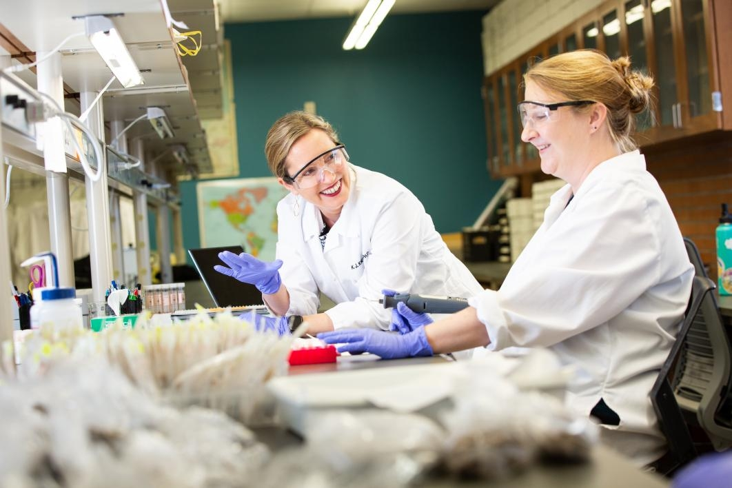 photo of Knudson and Scaffidi in lab
