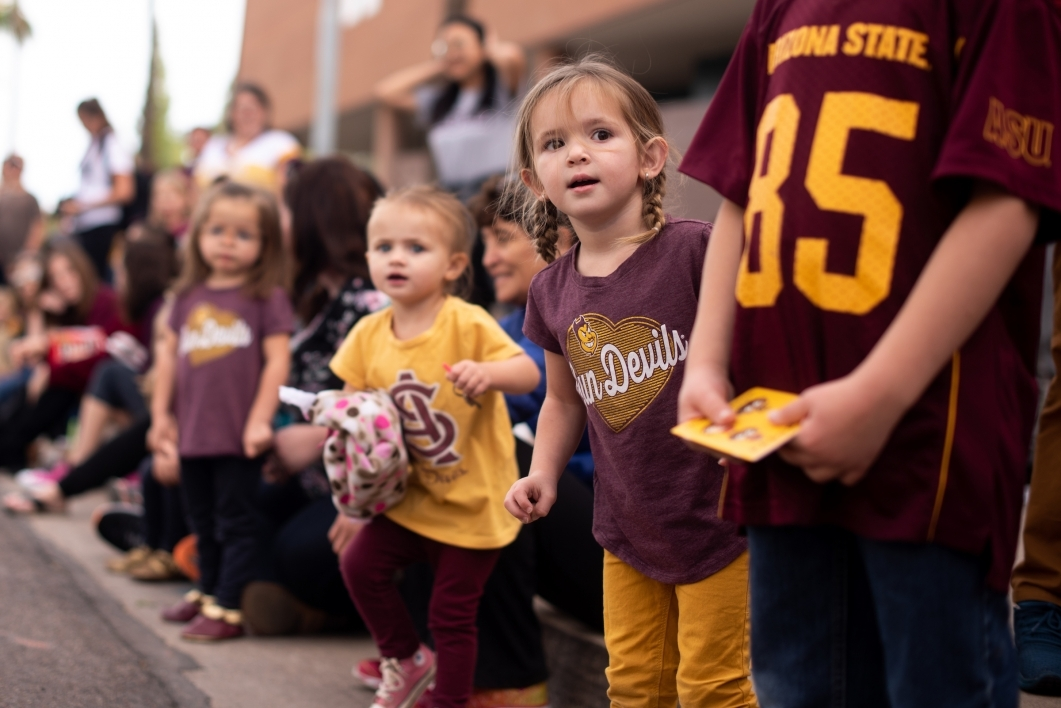 children watch the homecoming parade