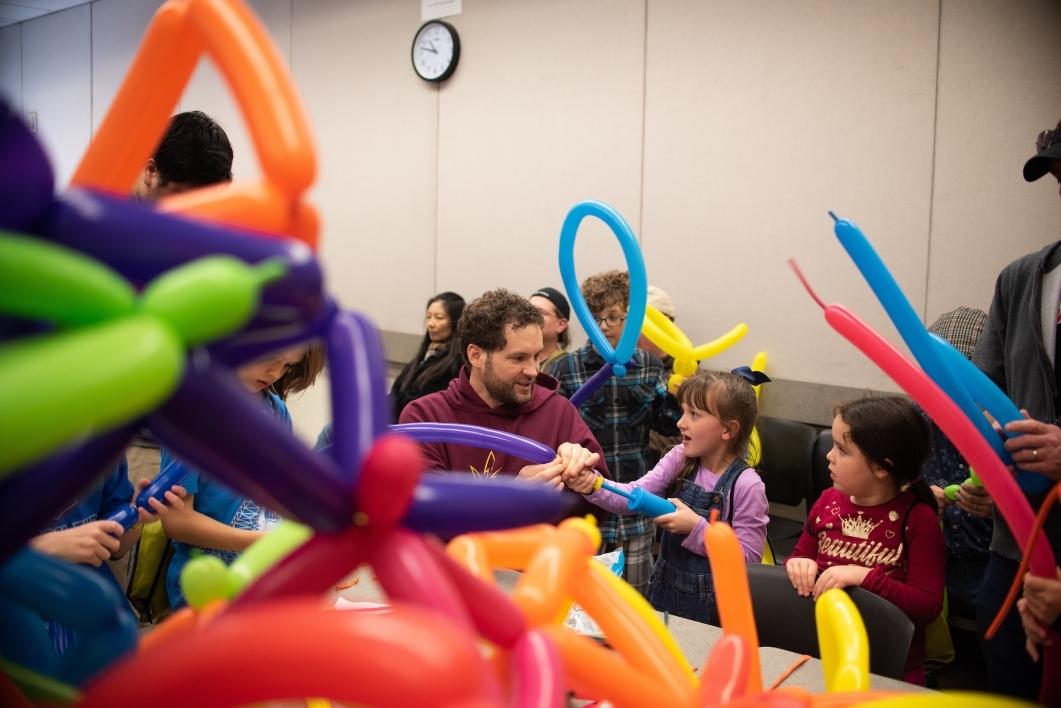 kids making balloon shapes