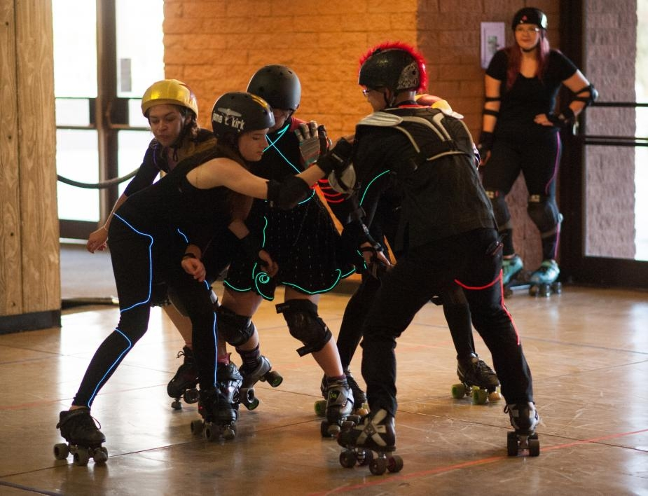 girls playing roller derby