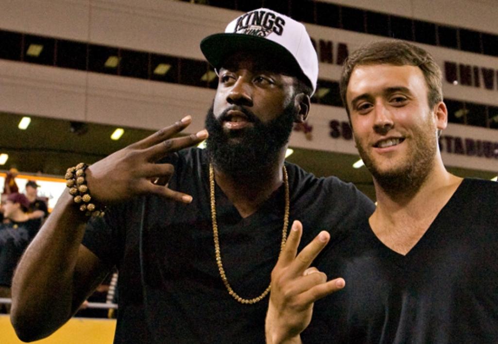 basketball players doing pitchfork sign