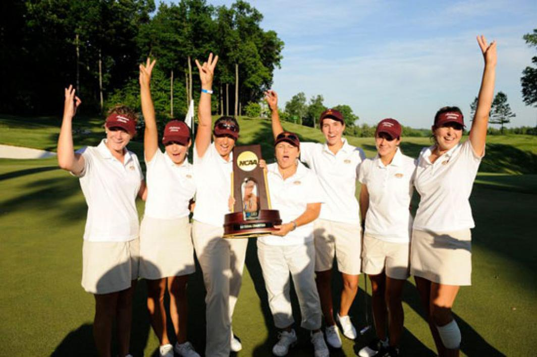 women's golf team posing with trophy