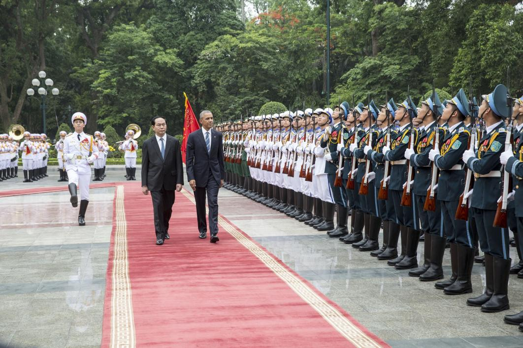 US President Barack Obama and Vietnamese President Tran Dai Quang at a welcoming ceremony