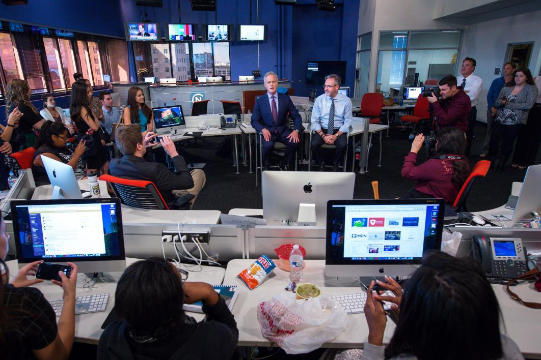 Scott Pelley speaks to ASU students in the Cronkite News Bureau newsroom