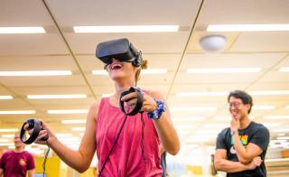 ASU student at Noble Library experiences virtual reality