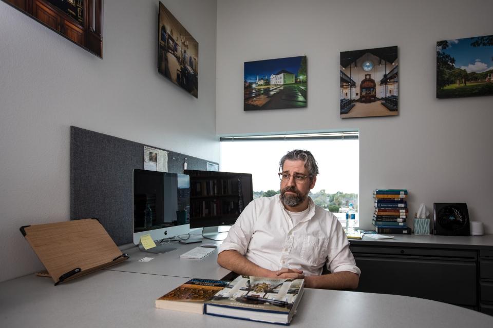 ASU עוזר פרופסור להיסטוריה סטנלי מירוויס במשרדו